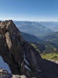 Sikt från Lichtensteineren Höhenweg i de Raetikon bergen Arkivfoto