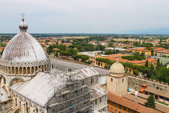 Sikt från lutande torn till domkyrkan (Duomodien Pisa) Arkivfoto