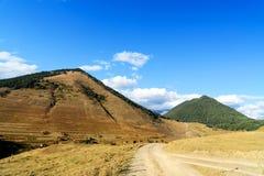 Sikt i berg och väg i den Tusheti regionen georgia Arkivfoto