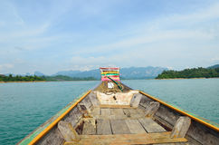 Sikt i Chiew Larn Lake, Khao Sok National Park, Thailand Royaltyfri Bild