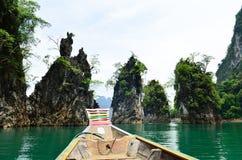 Sikt i Chiew Larn Lake, Khao Sok National Park, Thailand Arkivfoton