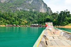 Sikt i Chiew Larn Lake, Khao Sok National Park, Thailand Royaltyfri Foto