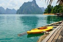 Sikt i Chiew Larn Lake, Khao Sok National Park, Thailand Arkivfoto