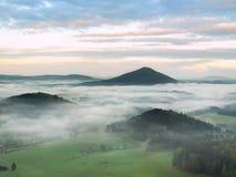 Sikt in i den dimmiga dalen nedanför siktspunkt i bohemmet Sachsen Schweiz Dimman flyttar sig mellan kullar Royaltyfria Foton