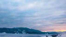 Sikt i dimmigt solnedgångvinterberg stock video
