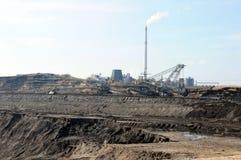 Sikt in i en kolgruva med dess kolfabrik Arkivbild