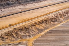 Sikt in i en lignitmin med transportband och körbanor i sanden, Etzweiler arkivbilder