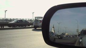 Sikt i spegel för bakre sikt av stadsgatatrafik lager videofilmer
