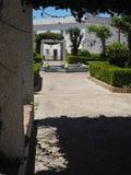 Sikt igenom till plazaen de Santa Maria, Tarifa Arkivbild