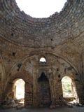 Sikt inom en gammal religiös byggnad royaltyfri bild