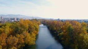 Sikt längs Boise River med bronedgångträd och Boise Skyline stock video