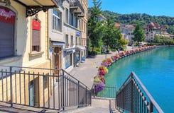 Sikt längs den Aare floden i Thun, Schweiz Royaltyfri Foto