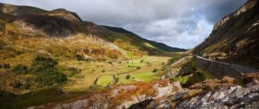 Sikt längs den Nant Ffrancon dalen i Snowdonia Fotografering för Bildbyråer