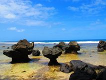 Sikt längs den steniga tropiska kustlinjen Arkivfoto