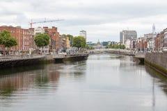 Sikt längs floden Liffey i den Dublin staden, Irland Dublin stad, Irland arkivfoton