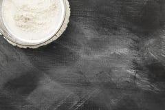 Sikt med mjöl på mörk bakgrund Bästa sikt, kopieringsutrymme Mat Royaltyfria Foton
