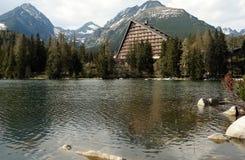 Sikt med sjön och berg Arkivbild