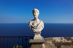 Sikt med statyn från staden av Ravello, Amalfi kust, Italien Arkivbild