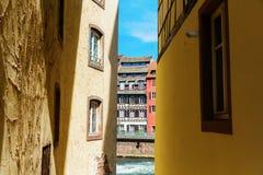 Sikt mellan gamla hus på en kanal av floden dåligt i La Petite France, Strasbourg, Frankrike royaltyfri foto