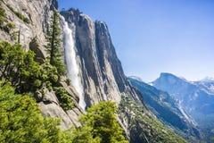 Sikt in mot övreYosemite Falls; Halv kupol i bakgrunden, Yosemite nationalpark, Kalifornien Arkivfoton