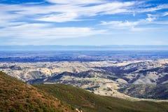 Sikt in mot dalen som omger Stockton; Toppig bergskedja berg i bakgrunden royaltyfri foto
