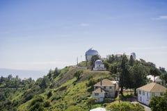 Sikt in mot den historiska aningobservatoriumbyggnaden, Mt Hamilton, San Jose, San Francisco Bay område, Kalifornien arkivfoto