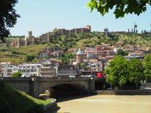 Sikt in mot den Metekhi bron och det gamla stadområdet av Tbilisi, huvudstaden av Georgia i Eastern Europe Georgia Tbilisi royaltyfria bilder