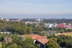 Sikt in mot den Stanford, Palo Ato och Menlo Park, Dumbarton bron och San Francisco Bay fotografering för bildbyråer