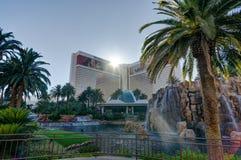 Sikt in mot det Cosmopoliten hotellet med Eiffeltorn i Las Vegas N royaltyfri fotografi