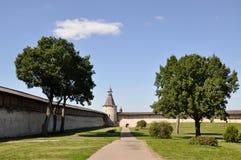 Sikt in mot det nordliga tornet av Kutekrom och fästningväggarna av Pskov Krom, Ryssland royaltyfri foto