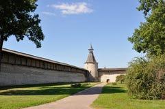 Sikt in mot det nordliga tornet av Kutekrom och fästningväggarna av Pskov Krom, Ryssland arkivbilder