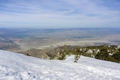 Sikt in mot ett fält av vindturbiner i den norr Palm Springs, Coachella Valley, från monteringen San Jacinto State Park, Kaliforn arkivbild