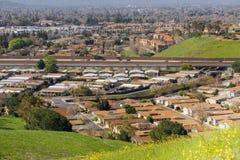 Sikt in mot Guadalupe Freeway från kommunikationskullen, San Jose, Kalifornien arkivbilder