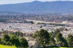 Sikt in mot Guadalupe Freeway och den Almaden dalen från kommunikationskullen, San Jose, Kalifornien arkivbild