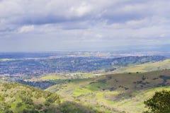 Sikt in mot i stadens centrum San Jose på en stormig dag, södra San Francisco Bay, Kalifornien arkivbilder