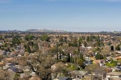 Sikt in mot kommunikationskullen och i stadens centrum San Jose från Santa Teresa Park, San Francisco Bay område, Kalifornien arkivbilder