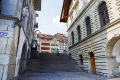Sikt in mot Kornmarkt i gammal stad av Lucerne Royaltyfri Fotografi