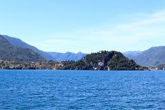 Sikt in mot lakesidestaden Bellagio på sjön Como med berg i Lombardy Royaltyfria Bilder