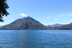 Sikt in mot lakesidestaden Bellagio på sjön Como med berg i Lombardy Royaltyfri Foto