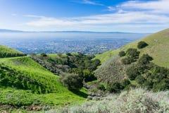 Sikt in mot San Jose från kullarna av toppiga bergskedjan utsiktöppet utrymmesylt, södra San Francisco Bay, Kalifornien arkivfoton