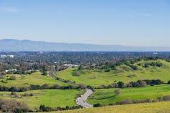 Sikt in mot San Jose och södra San Francisco Bay från de Stanford maträttkullarna, Kalifornien royaltyfri bild