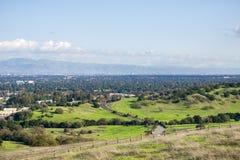 Sikt in mot San Jose och södra San Francisco Bay från de Stanford maträttkullarna, Kalifornien arkivbild