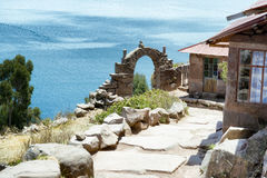 Sikt in mot sjön Titicaca från den Taquile ön royaltyfri bild