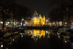 """Sikt in mot Waagen (""""väg huset""""), i Amsterdam på natten Royaltyfria Foton"""