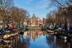 Sikt in mot Waagen ( ' väg house' ) i Amsterdam Arkivfoton
