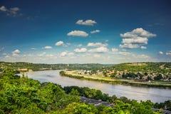 Sikt Ohio River med blå himmel och moln från Eden Park Arkivfoto