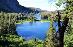 Sikt ovanför att bedöva blåa kolossala sjöar Arkivbilder