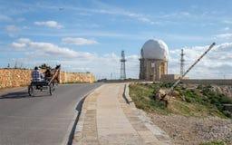 Sikt på radarstationen 'il Ballun nära de Dingli klipporna i Malta på en klar solig dag Gör envist motstånd i förgrunden arkivfoton