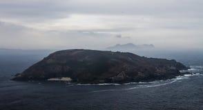 Sikt på ön på en mulen dag arkivfoton