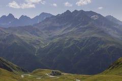 Sikt på österrikiska fjällängar från det Hochtor passerandet Royaltyfria Bilder
